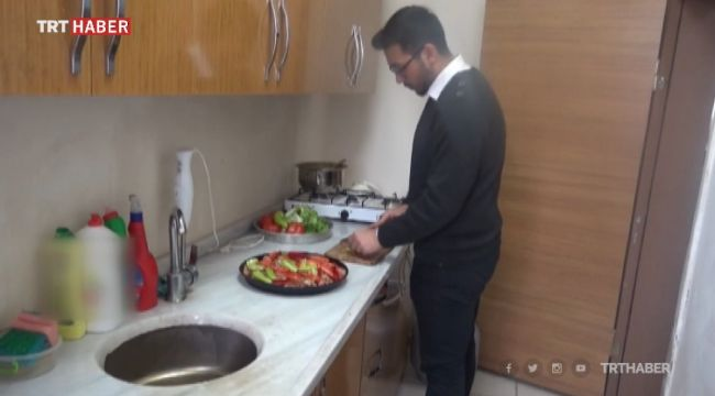 Patnos'ta Öğretmenlerin yemeğini okul müdürü yapıyor